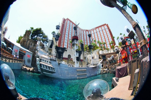 hotel las vegas boat pirates treasure island_effected